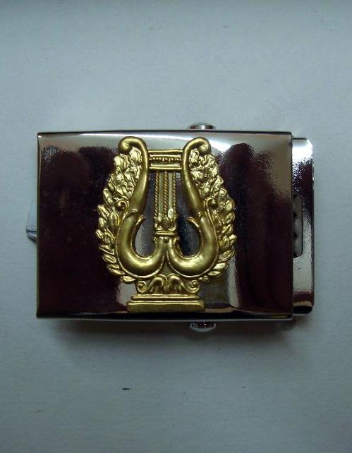 Fibbia in metallo con cetra color oro in rilievo per cintura in cordura.