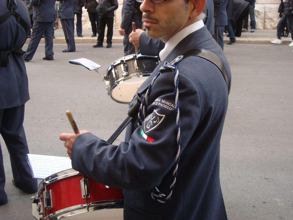 dettaglio divisa banda musicale paceco tamburo 64e093dbaaac